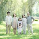 ポプラ並木で微笑む3世代家族