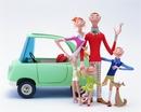 車の前で微笑む家族