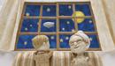 窓の外の夜空の月と飛行船を見上げる子供とおばあちゃん