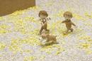 銀杏の落ち葉で埋まった石畳の道を走る二人の子供と犬