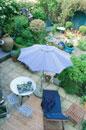 ガーデンテラスのパラソルと長椅子