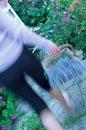 ラベンダーのカゴを持って歩く女性