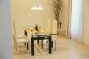 寿司がセッティングされたテーブルのある部屋