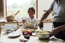 パスタ料理を作る老夫婦
