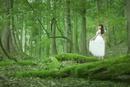 森の中でたたずむ女性
