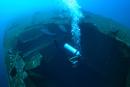 沈船イタリー丸とダイバー,海中