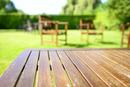 緑の庭のテーブルと椅子