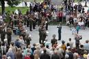 マネージ広場の楽団演奏を見る市民