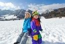 雪原で遊ぶ子ども