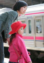 電車を待つ母娘