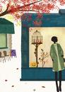 ハロウィン風に飾られたショーウインドウの前に立つ女性
