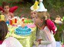 誕生日ケーキを吹き消す外国人の女の子