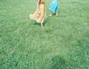 芝の上を裸足で散歩する女性