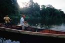 大きな湖で網漁を行う漁師