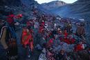 野宿する人々。コイユリ・リテ(雪と星)の祭りで氷河上で祈りを終えて下る男たち