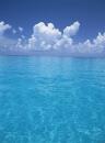 バハマの青い海と雲�T
