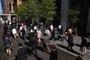 東京駅付近の通勤の人々