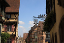 アルザスワイン街道の村の装飾看板と木骨組みの家並み