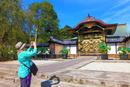 寺社を撮影する外国人