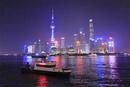 黄浦江の警備艇と上海のビル群の夜景