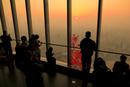 上海中心の展望室から夕日を撮る人々
