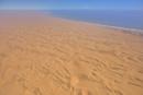 海へ流れ込む砂漠 砂海