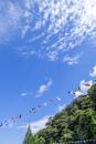 運動会の万国旗と青空