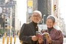街中で地図をひろげるシニア夫婦