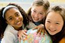 地球儀と笑顔の女の子三人