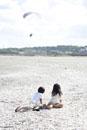 浜辺に座る男の子と女の子