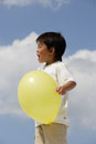 黄色い風船を持った男の子