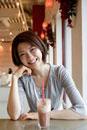 カフェで寛ぐ日本人女性