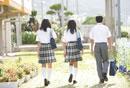 学校を歩く中学生達の後姿