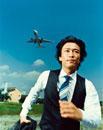 走る日本人ビジネスマンと飛行機