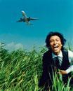 叫ぶ日本人ビジネスマンと飛行機