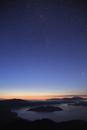 夜明け前の屈斜路湖と星空