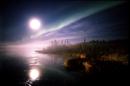 湖面に映るオーロラと満月