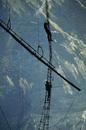 アナツバメの巣を採集するための高いハシゴを登る