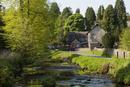 村の小学校と川