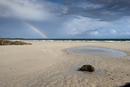 砂の海岸にかかる虹