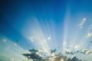 雲の間から差す太陽の光