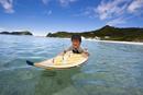小笠原のビーチでサーフボードに乗る男の子