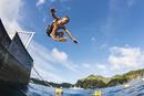 小笠原の海へ飛び込む男の子