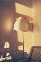電気スタンドのある部屋 00125010024| 写真素材・ストックフォト・画像・イラスト素材|アマナイメージズ