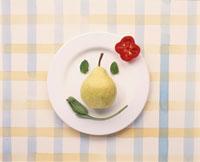 お皿の上に野菜・果物で顔イメージ