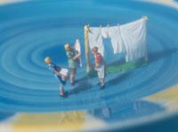 洗濯物を干す家族の人形