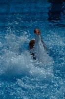 背泳ぎで泳ぐ外国人水泳選手