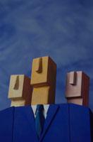 3人のビジネスマンをイメージした3体の人形(青)