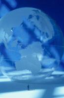 透明な地球儀と人形(青)