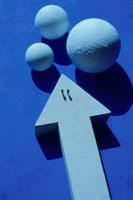 球体と矢印とビジネスマンのイメージ